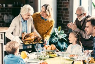 家族で食卓を囲んでいる写真