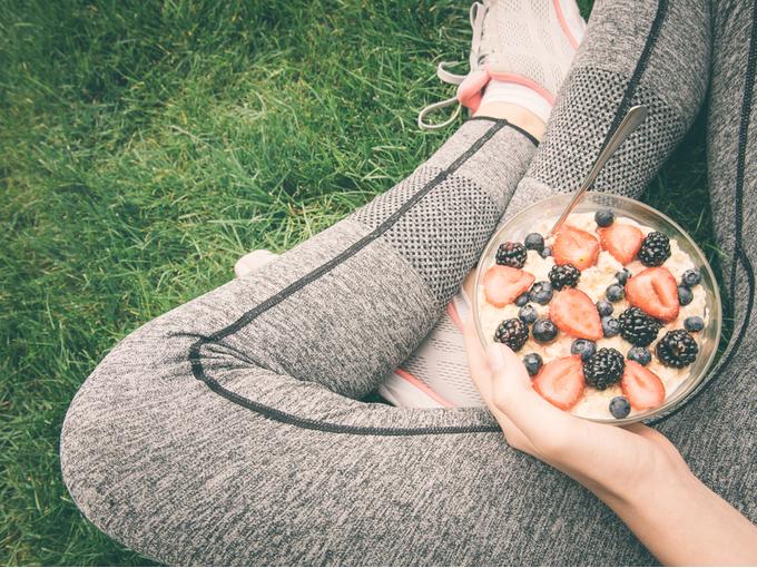 運動後にシリアルを食べている女性