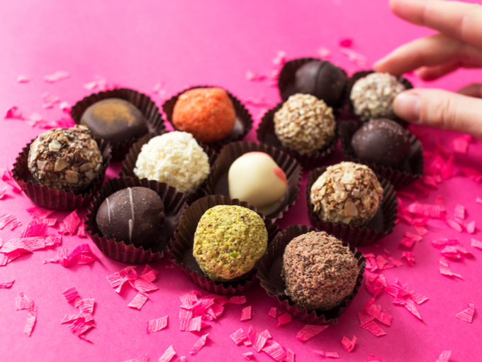 ハート型に並べられたひと口サイズのチョコレート