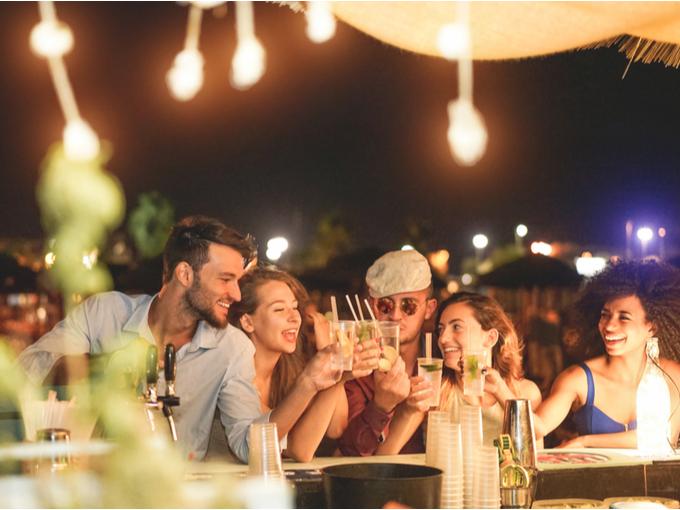 お酒を飲みながらパーティーを楽しむ人たち