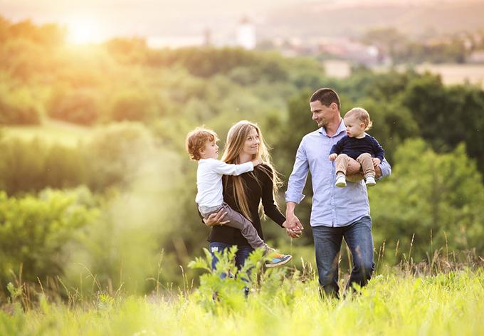 自然の中で過ごす家族の写真