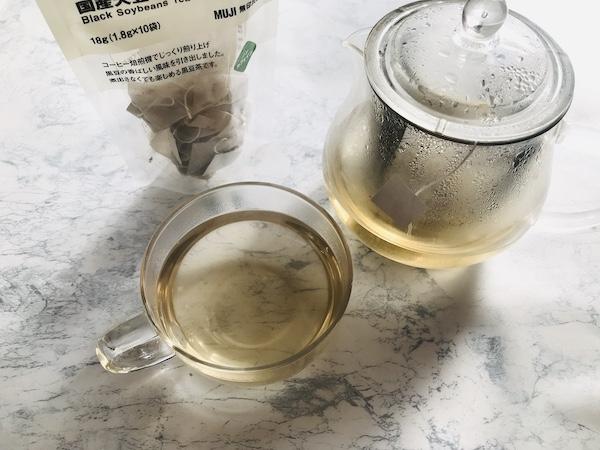 カップに注いだ黒豆茶