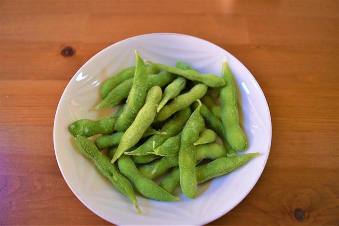 お皿に出した「枝豆」の画像