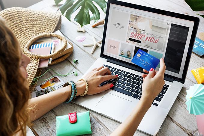 ネットショッピングをしている女性のイメージ画像