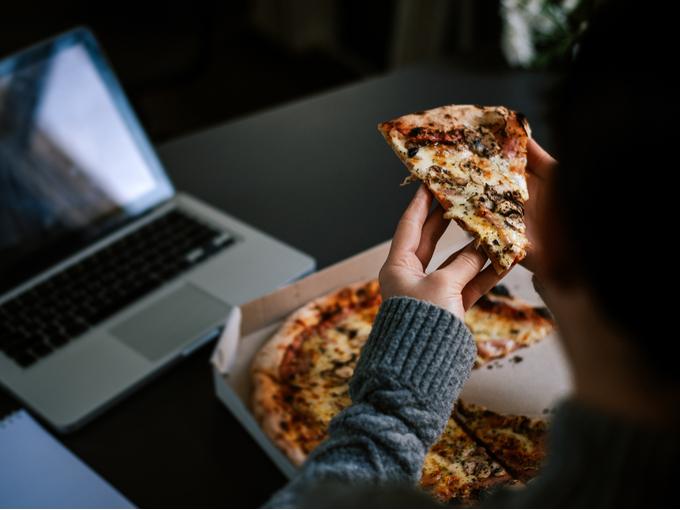 夜食にピザを食べる人