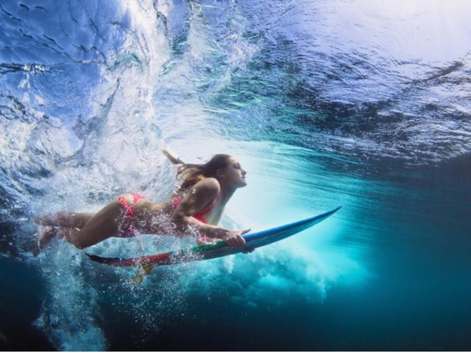 海中にもぐる女性