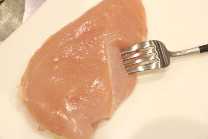 鶏むね肉の皮をそぎ、フォークで10か所ほど穴をあける