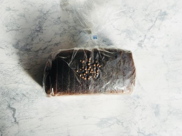 コリンダーがパンにのった状態