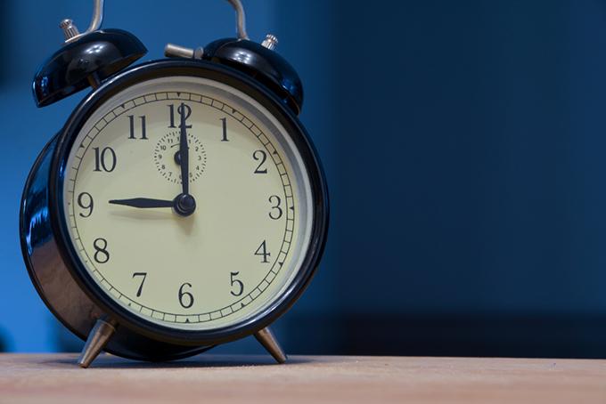 夜9時を指す時計