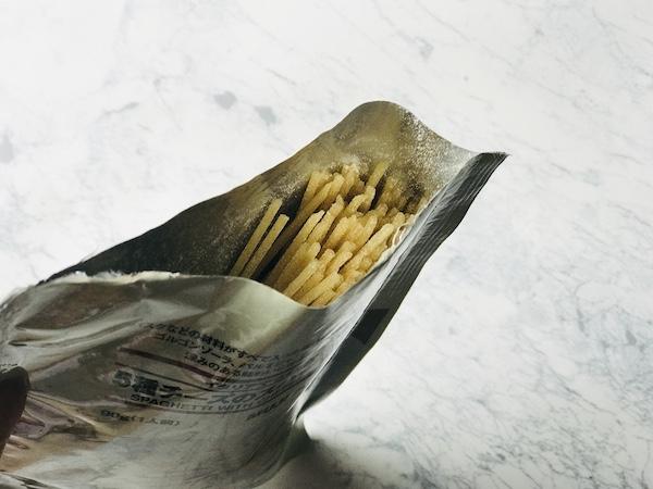 粉チーズがついた乾燥パスタ