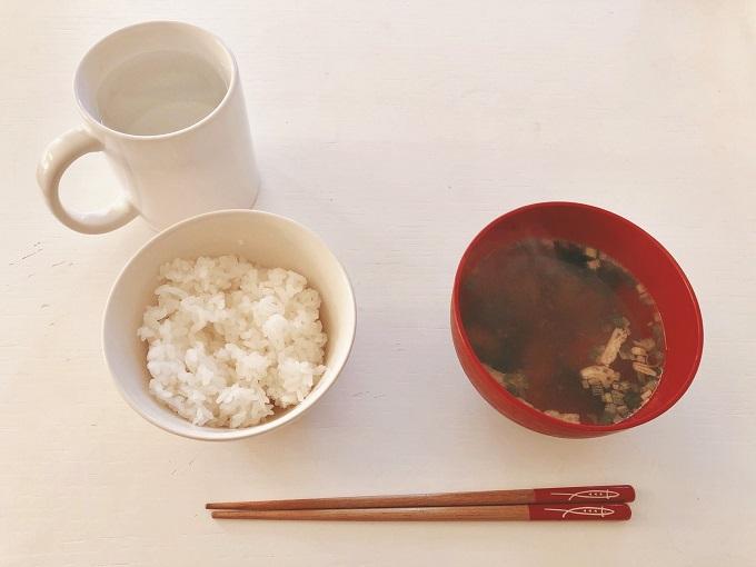 朝ごはんのおみそ汁とごはん、白湯