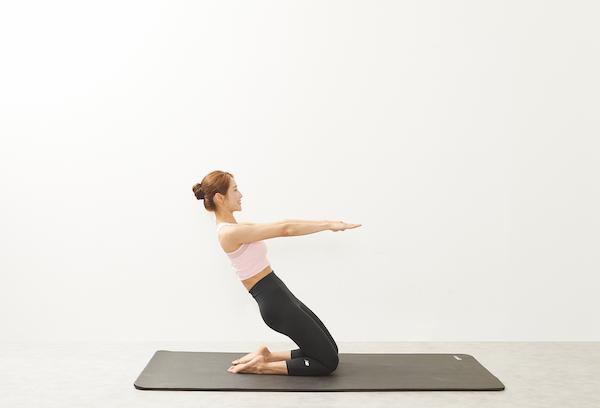 腰を曲げずに保てるところまで腹部をキュっと引き締めながら、体をうしろに倒した状態
