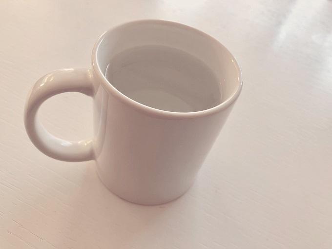 カップに注がれた白湯