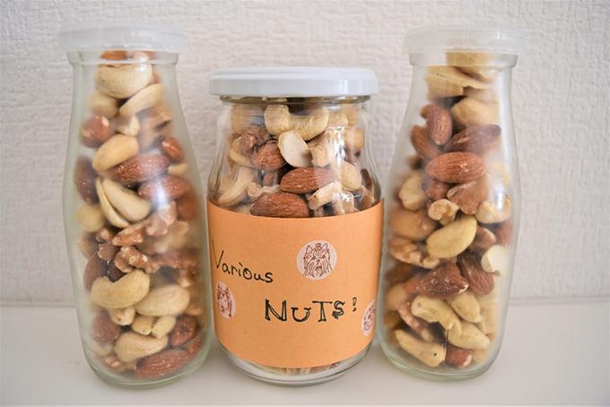 ビンに入れたナッツ類の画像