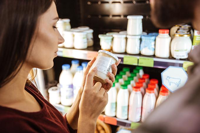 栄養成分表をチェックしている女性