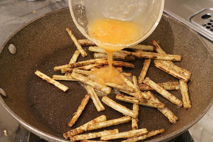 フライパンで炒めたごぼうステックを甘辛ソースとからめている