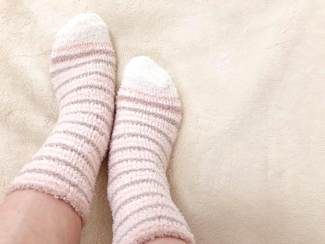 モコモコ靴下を履いている足もと