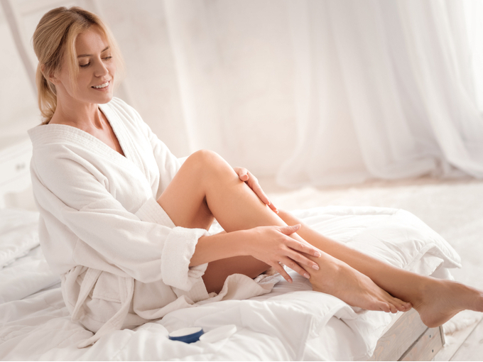 脚のケアをしている女性
