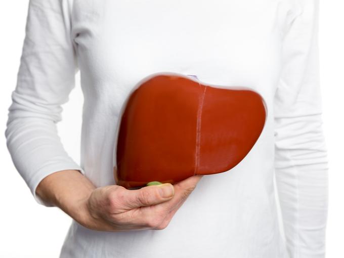 肝臓を気にする女性