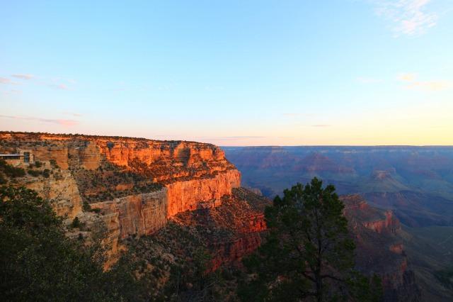 渓谷が朝日を浴びて美しい
