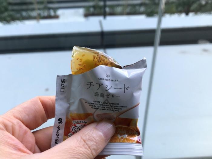 小袋から出した状態のチアシード蒟蒻ゼリー