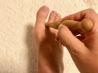 指圧棒で親指と人さし指の間を刺激