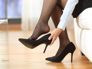 ハイヒールを脱ぐ女性の足元