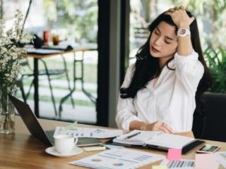 仕事中に頭痛を感じる女性