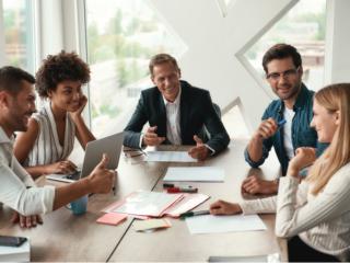 チームワークで課題を議論する同僚たち