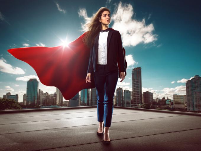 スーパーマンのマントをつけて闊歩するキャリアウーマン