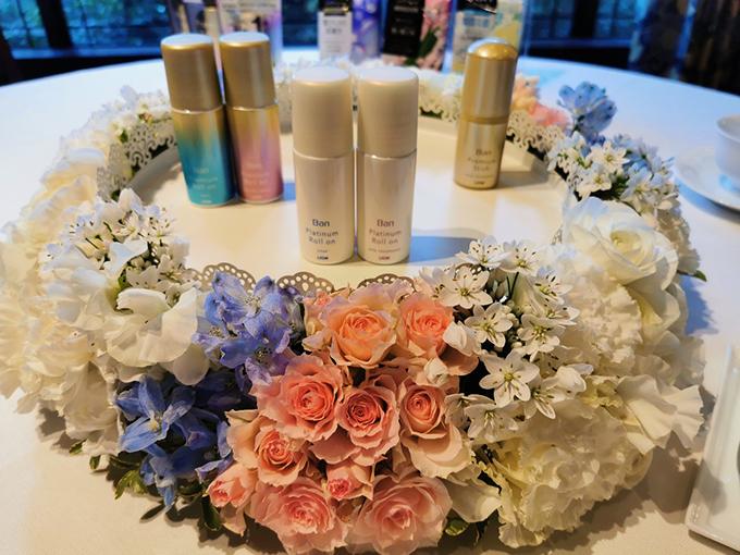 お花と制汗剤の写真