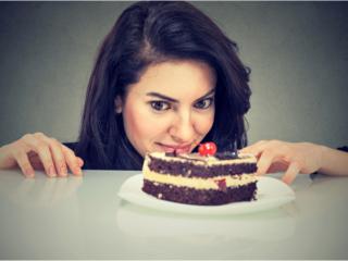 ケーキをじっと見つめる女性