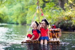子どもたちが海賊ごっこをしている写真