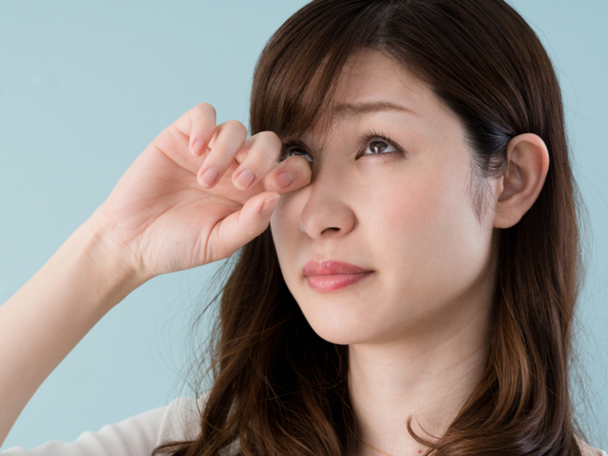 花粉症で目のかゆみがガマンできない女性