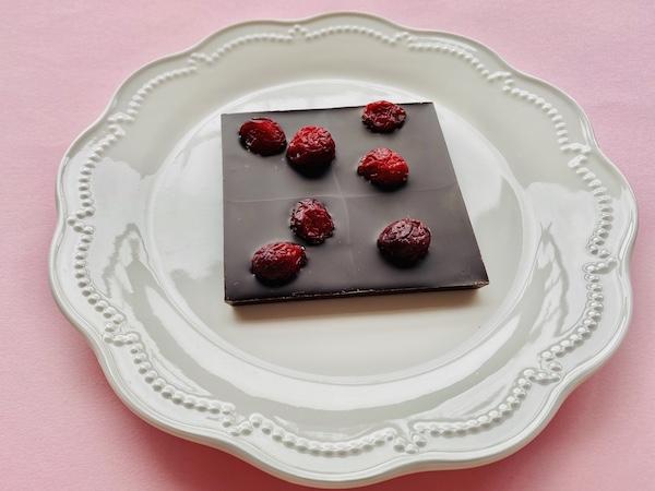 お皿にのせた「カカオ80% チョコレート」