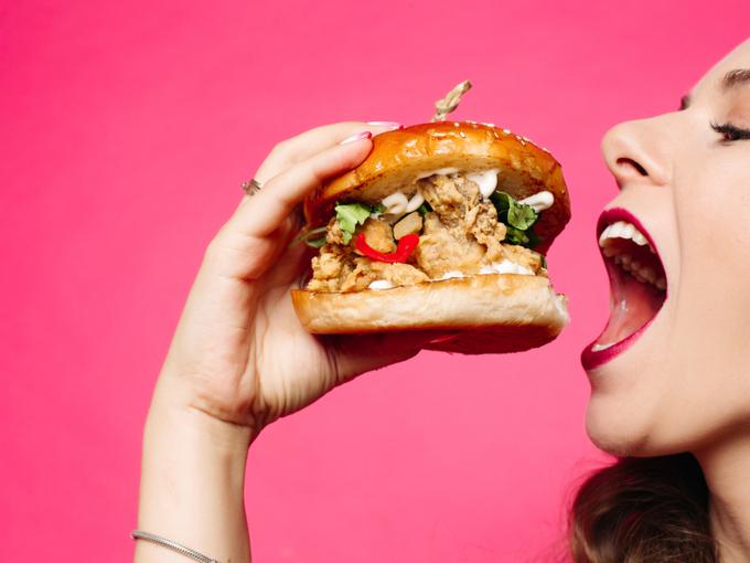 サンドウィッチを食べようとしている女性