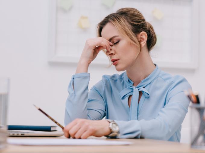仕事で疲れた様子の女性