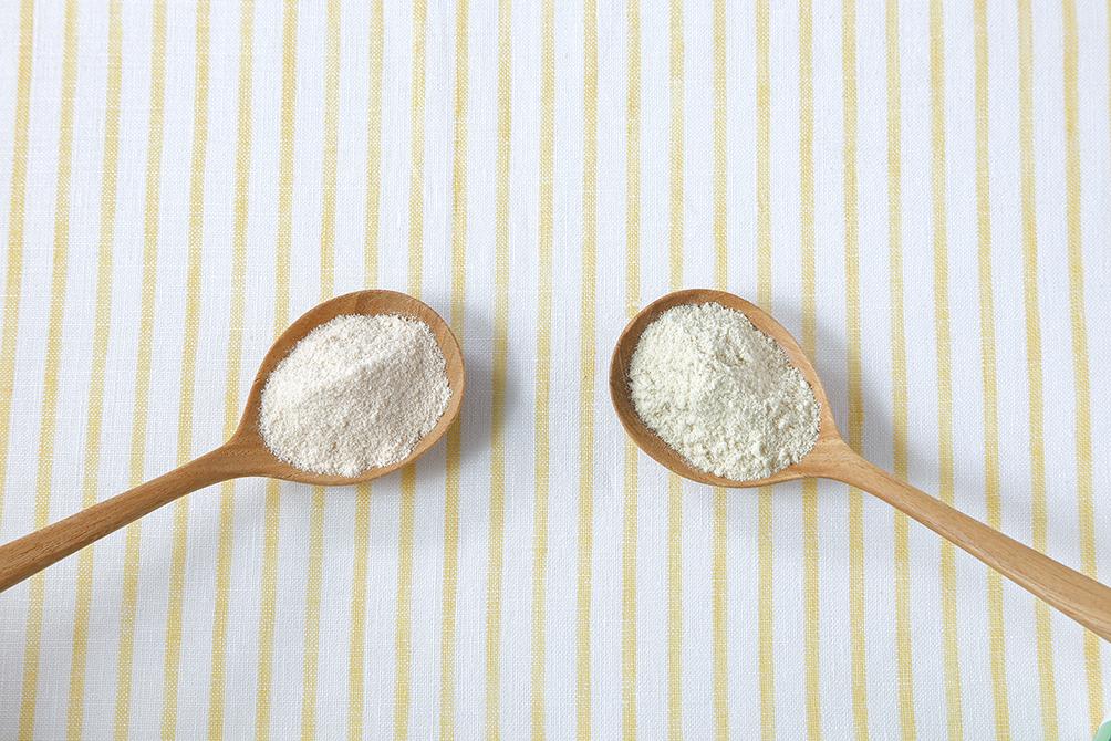 粉のプロテインがスプーンに入って並んでいる
