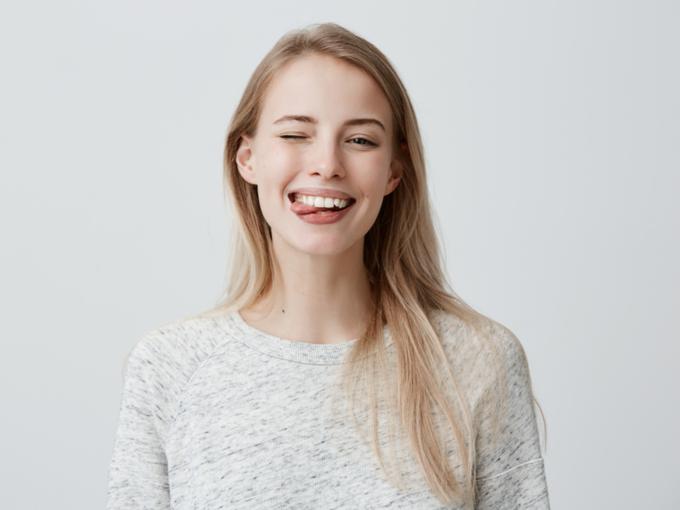 舌を出しておどける女性