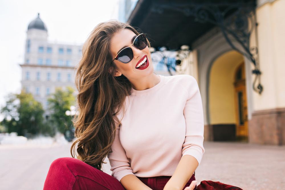 サングラスをかけ笑顔の女性