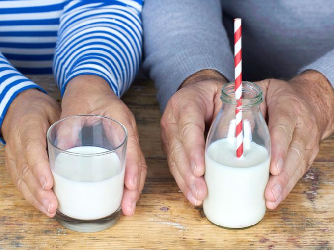 牛乳が注がれたコップ