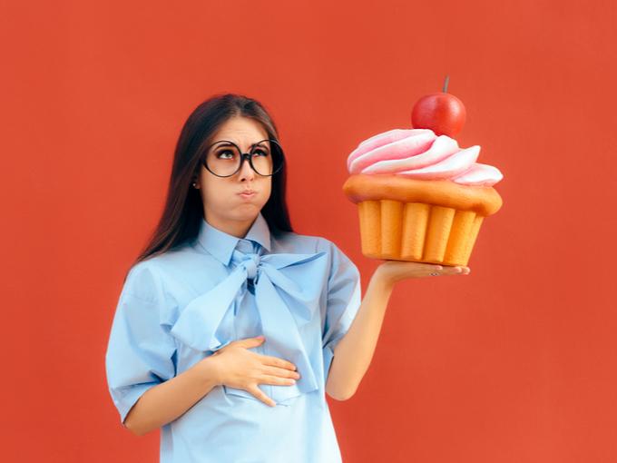 巨大ケーキを手にする女性