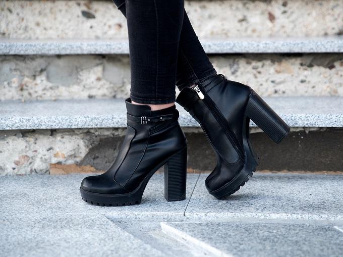 ブーツをはいている人の足元