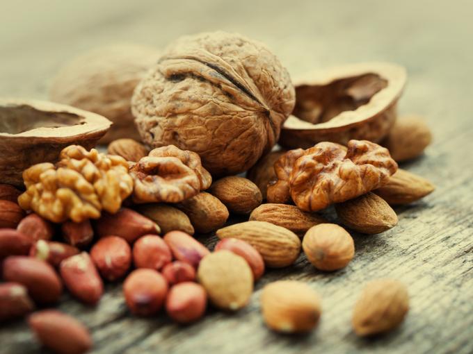 テーブルに置かれたクルミなどのナッツ