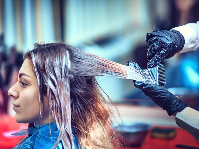 美容室でカラーリングする女性