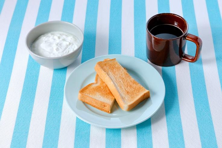 パン、ヨーグルト、コーヒーの朝食例