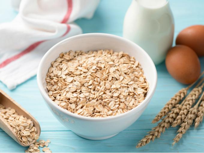 ボウルに入った朝食用のオーツ麦