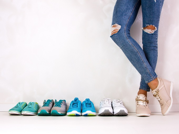 靴を履いている人の足元