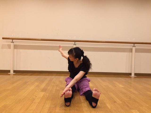 <1>床にお尻をつけて両脚を伸ばして座ります。足は腰幅に開き、足首は直角に曲げて。両腕は肩から真横に伸ばし、背中が丸まらないように腰を垂直に立てて座ります。 この姿勢がツライ人は、お尻にクッションを敷いて座ってOK。