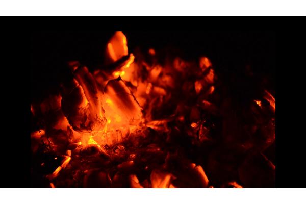 炭が燃えている映像に切り替えた画像